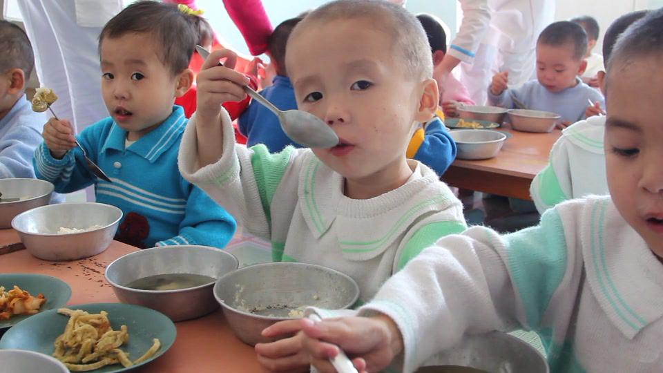 Kinder unter sechs Jahren bekommen durch die Lebensmittelverteilung warme Mahlzeiten.